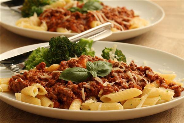 Pasta med kødsauce og broccoli