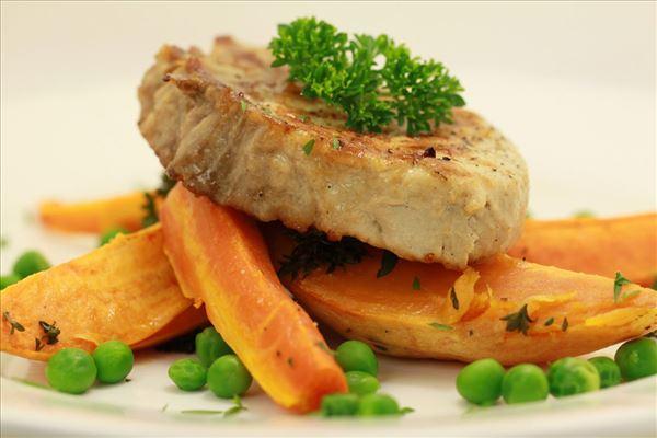Koteletter med rodfrugter og ærter