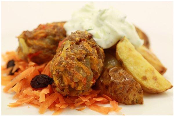 Kalkunfrikadeller med kartofler og råkost