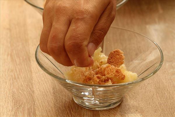 Æblekage med makroner og rasp