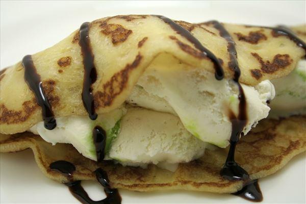 Pandekager med cointreau og chokoladesauce