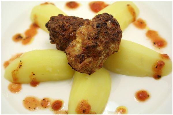 Frikadeller med kartofler og tomatsauce