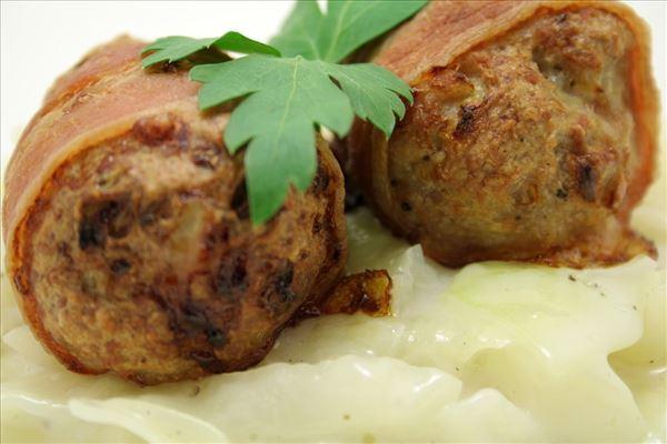 Frikadeller med bacon og stuvet hvidkål
