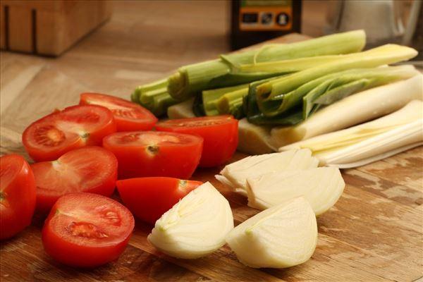 Oksebøf med helstegte porrer og tomat