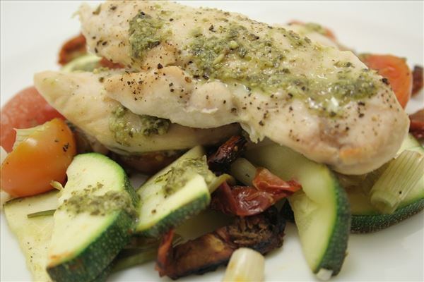 Kylling med pesto og ovnbagte grønsager
