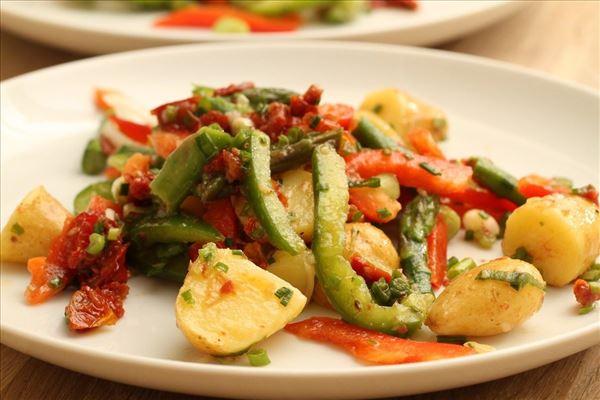 Kartoffelsalat med asparges og sennepsdressing