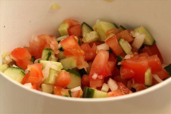 Rødspættefilet med karrysauce og tomatsalsa