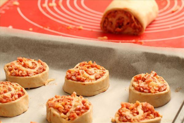 Pizzasnegle med skinke og ost