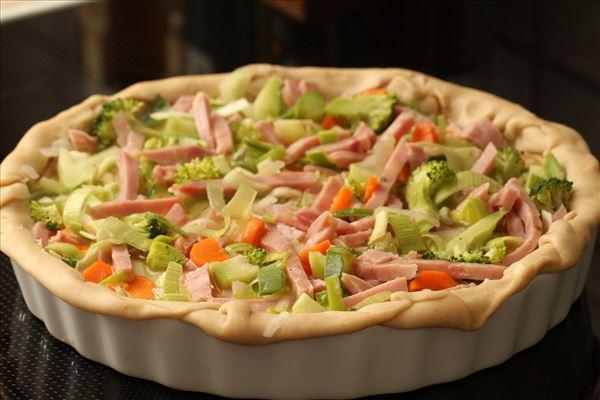 Grønsagstærte med skinke og broccoli