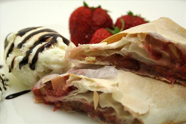 Rabarber i filodej med vanilleis og jordbær