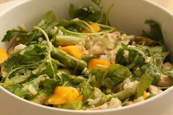 Salat med mango, asparges og kalkun