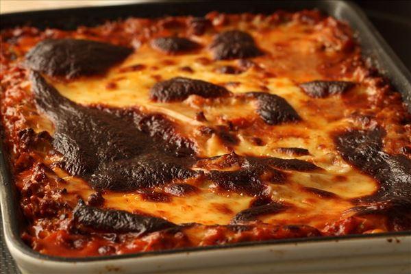 Lasagne med bechamelsauce og salat