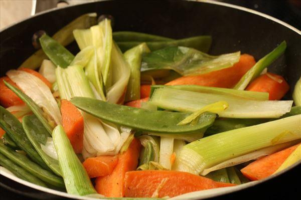 Grillet laks i bacon med grønsager
