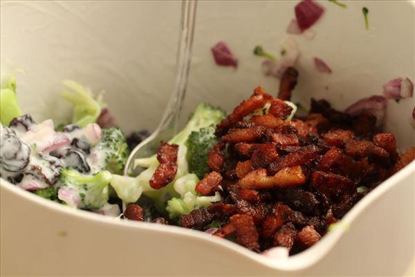 Broccolisalat med græsk yoghurt