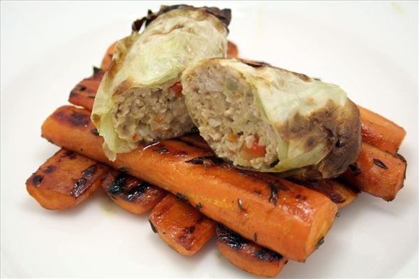 Hvidkålsruller med helstegte gulerødder
