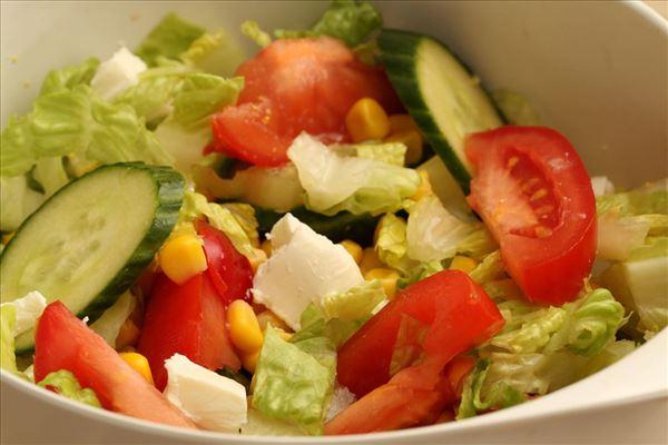 Indbagt laks med salat