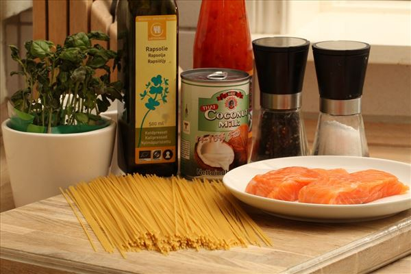 Laks i spaghetti med chilisauce