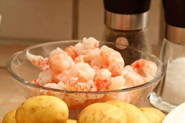 Lystfiskerørred med hummerhaler og grøntsager