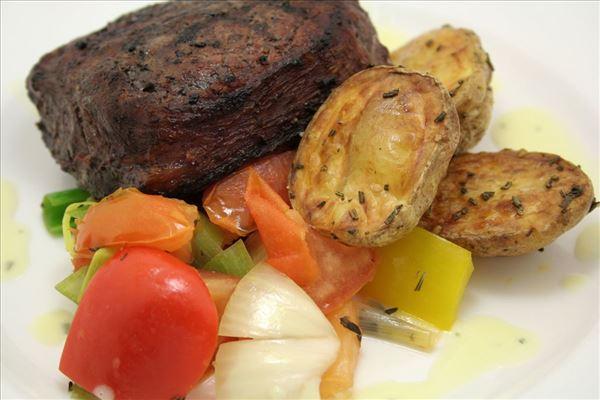 Rødvinsbøf med stegte grønsager og bearnaise