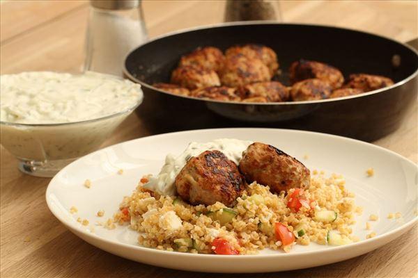 Græske frikadeller med bulgursalat og tzatziki