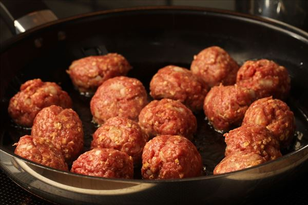 Italienske kødboller med frisk pasta og chilisauce