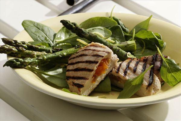 Abrikosfyldte koteletter og spinat med asparges