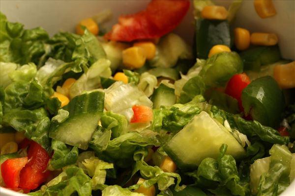 Tortellini i fad med salat