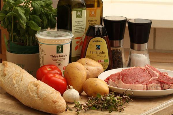 Oksebøf på grill med kartofler og tomat