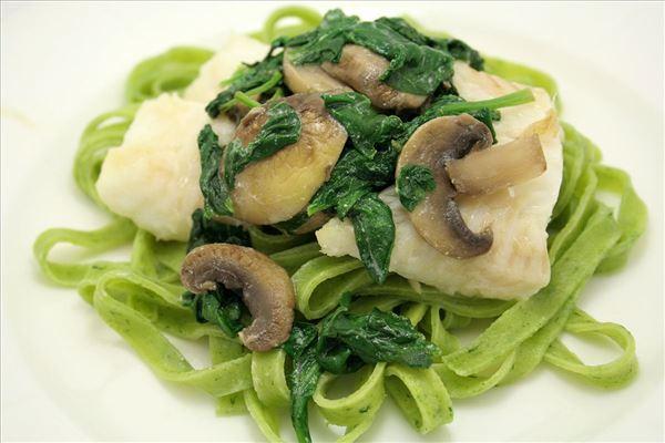 Hellefisk med spinatpasta og frisk spinat