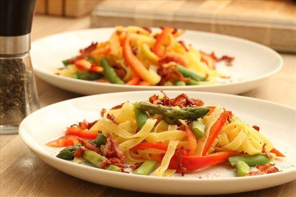 Frisk pasta med asparges og sprødstegt bacon