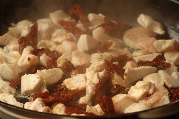 Frisk pasta med soltørrede tomater og basilikum