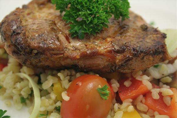 Skinkeschnitzel med bulgursalat og naanbrød