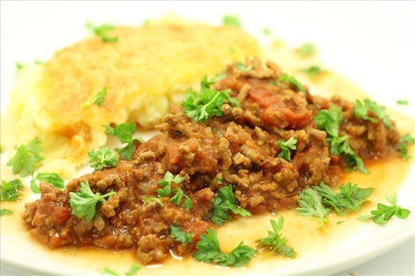 Gratineret kartoffelmos med kødsauce