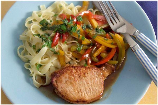 Koteletter med peberfrugter i balsamico og pasta