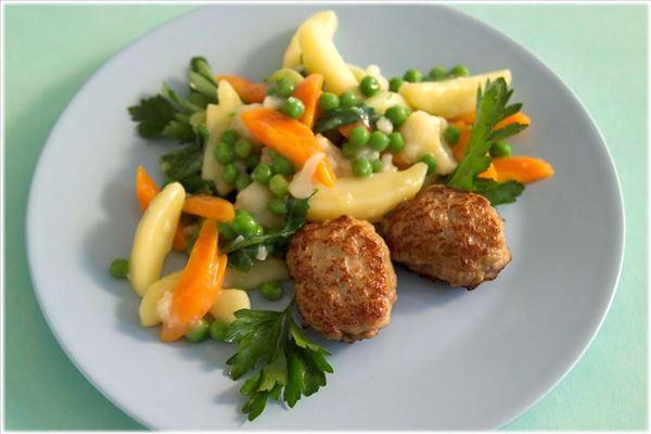 Slanke frikadeller med sommer grøntsager