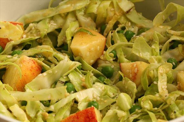 Spidskålssalat med æbler og grønne ærter