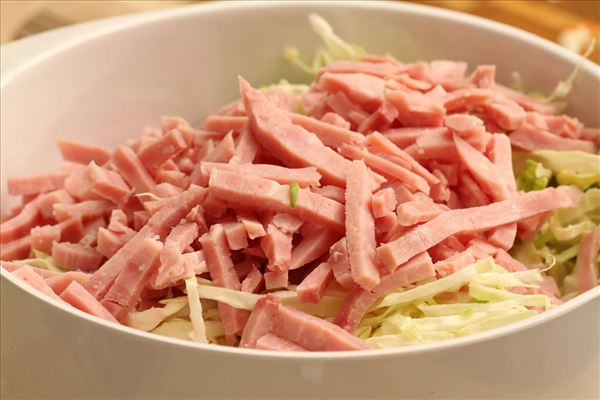 Kålsalat med skinkestrimler