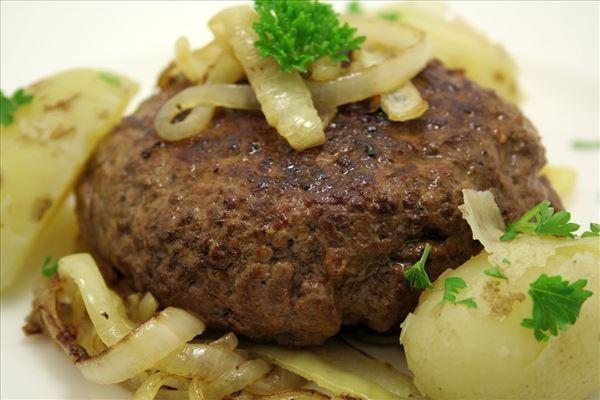Hakkebøf med bløde løg og nye kartofler