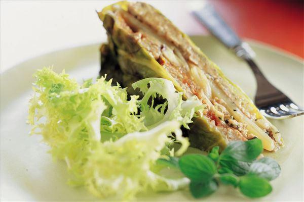 Gratineret svinekød med kål, aubergine og tomat