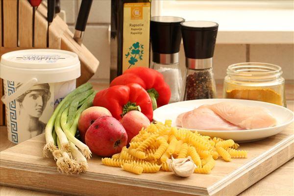 Pastasalat med karry, kylling og æble tzatziki