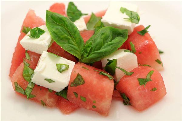 Vandmelonsalat med feta og basilikum