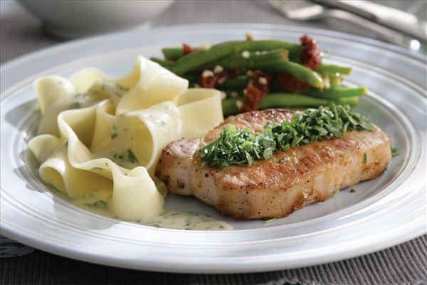 Koteletter med estragon og pasta
