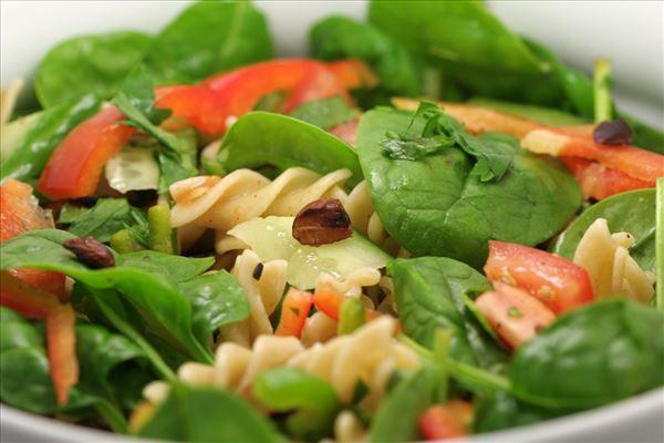 Pastasalat med spinat og ristede mandler