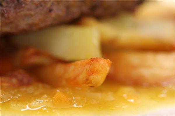 Hakkebøffer med sauce og håndskårne fritter