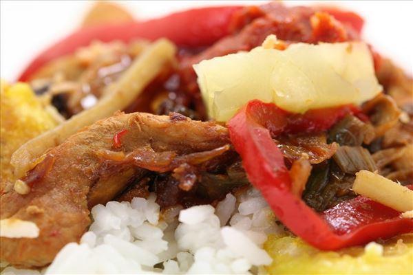 Indonesisk ristaffel med svinekød