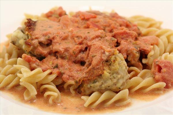 Pasta med tomatflødesauce og italienske kødboller