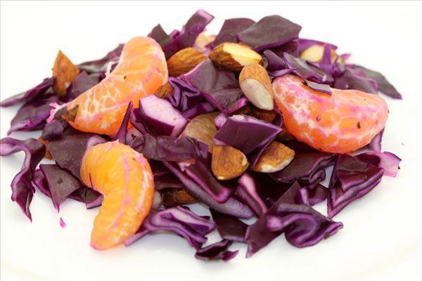 Rødkålssalat med mandler og mandariner