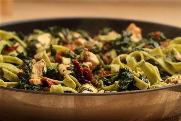 Frisk pasta med spinat og soltørret tomat