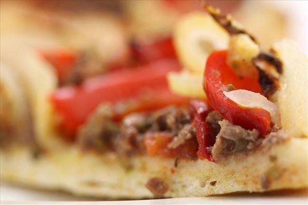 Pizza med oksekød og løg