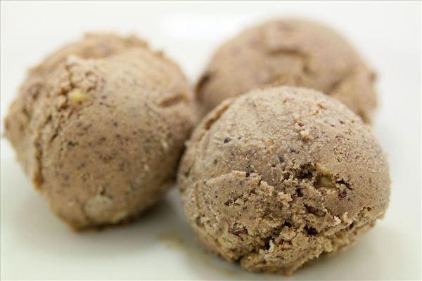 Chokoladeis med hasselnødder